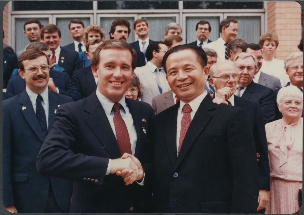 Governor John Carlin shaking hands with Governor He