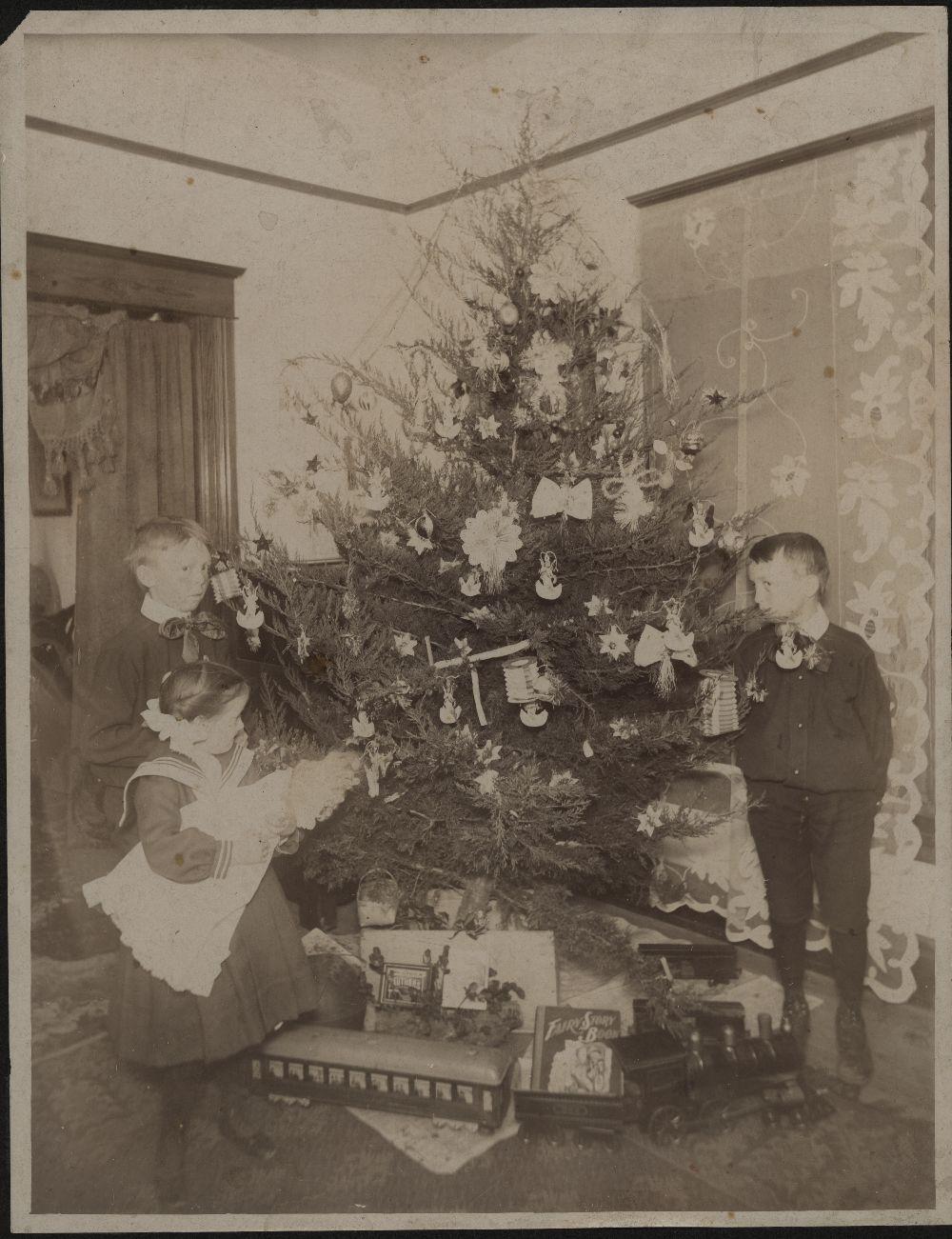 Children around a decorated Christmas tree