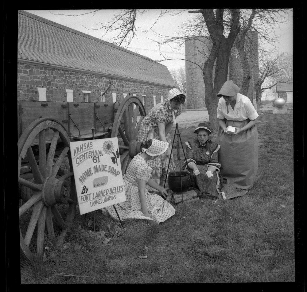 Fort Larned Sunday dinner - Making soap (photo no.15)