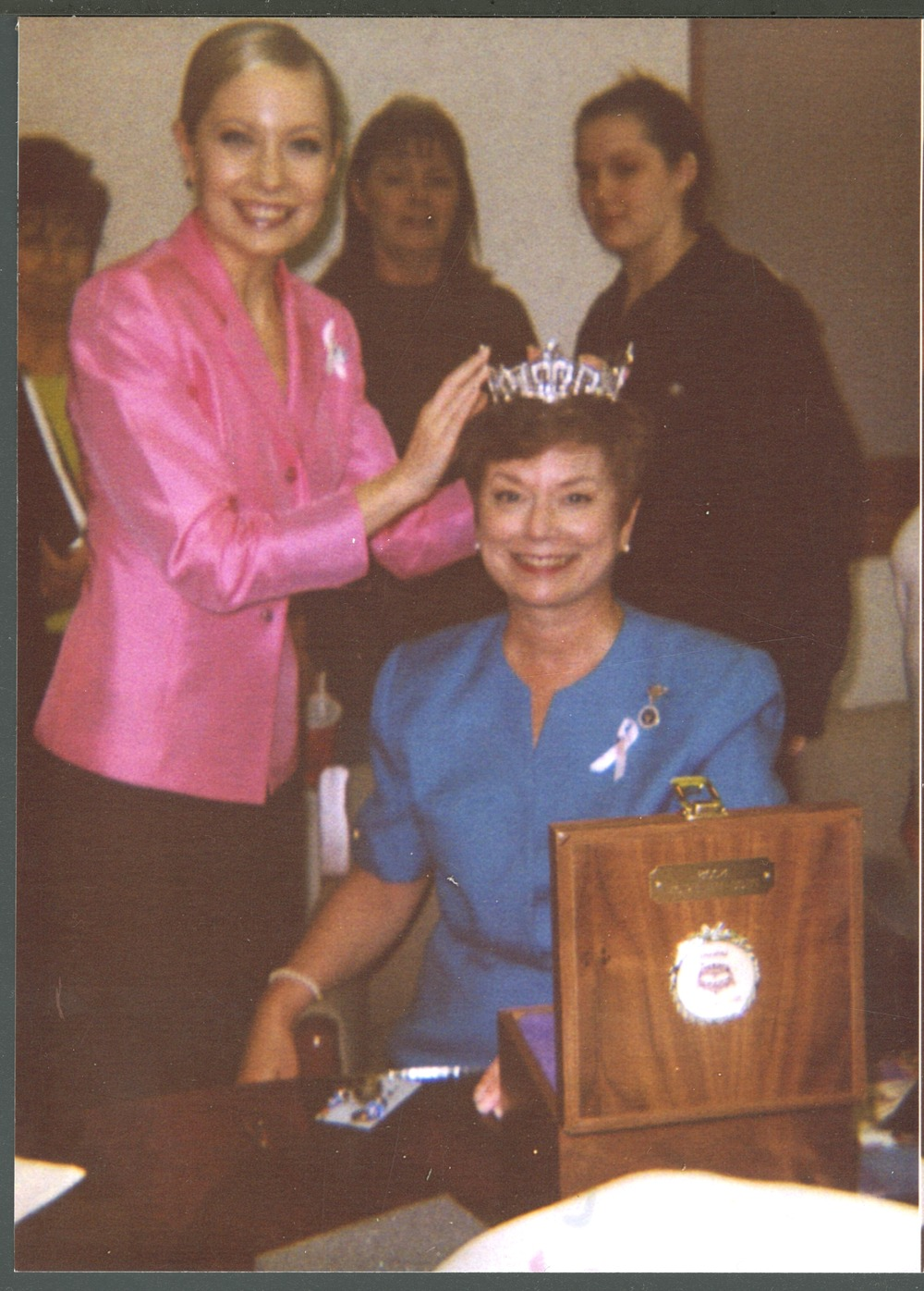Cindy Rogers trying on Katie Harman's Miss America crown