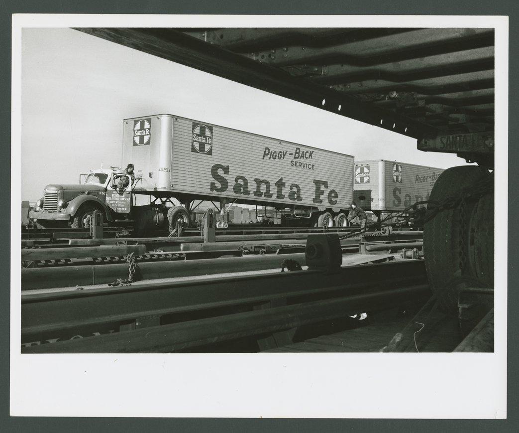 Atchison, Topeka & Santa Fe Railway Company's circus loading - 1