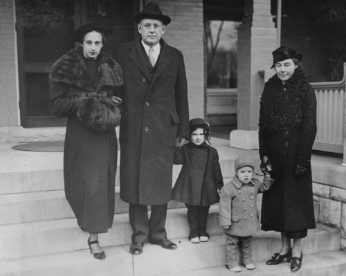 Alfred Mossman Landon, Kansas Governor, with wife Theo and children - Page