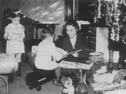 Governor Alfred Mossman Landon's family at Christmas - Page