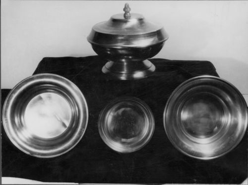 Metal bowls display - Page