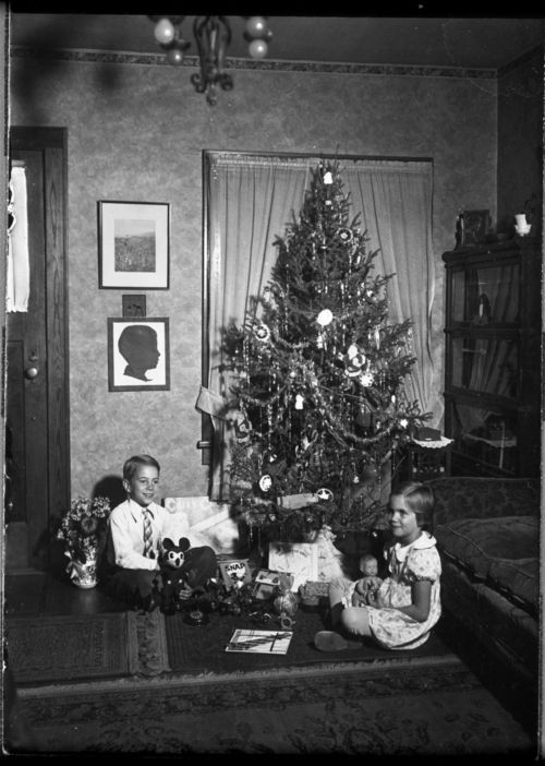 Children around a Christmas tree - Page