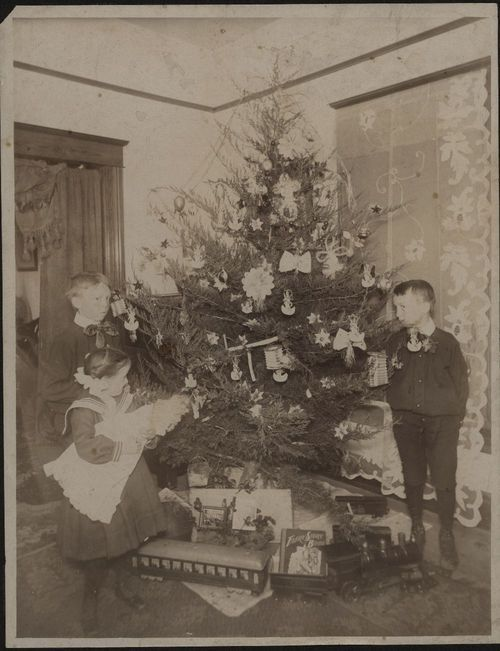 Children around a decorated Christmas tree - Page