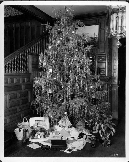 Christmas tree at the governor's mansion, Topeka, Kansas - Page