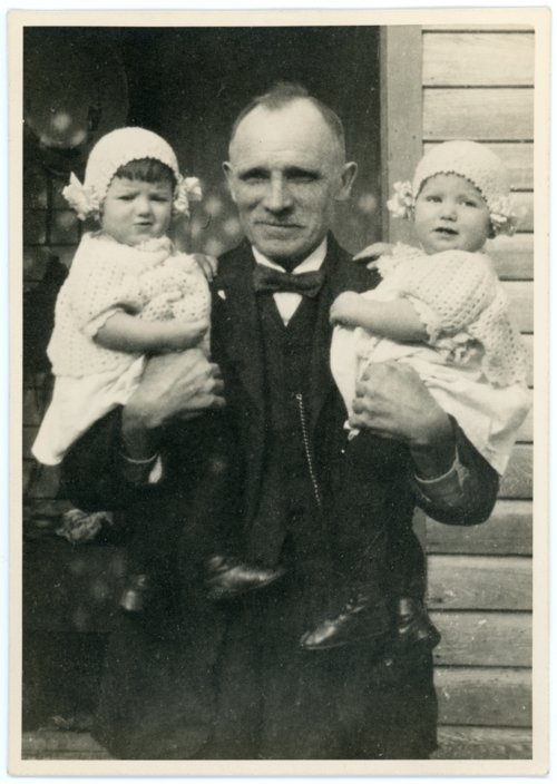 Louis Palenske with Granddaughters at Burlington - Page